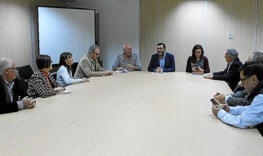 Un momento de la reunión de este jueves del conseller Vidal con el sector náutico.