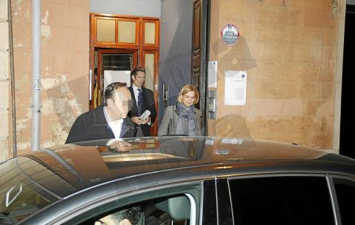 La Infanta e Iñaki Urdangarin, a la salida anoche del bufete Riutord, en el centro de Palma.