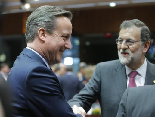 El primer ministro británico, David Cameron (i), y el presidente del gobierno español en funciones, Mariano Rajoy (d), conversan al inicio de la cumbre de líderes de la Unión Europea (UE) en Bruselas, Bélgica, hoy, 18 de febrero de 2016.