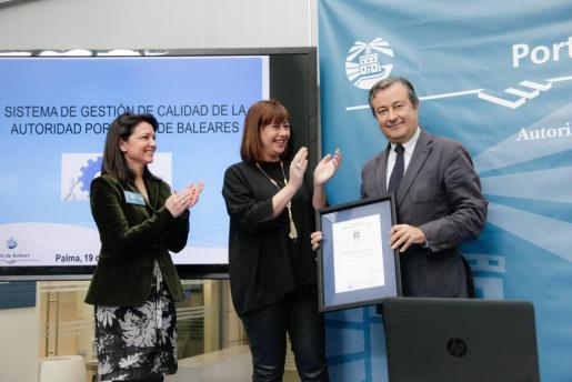Joan Gual, presidente de la Autoridad Portuaria, ha recogido la distinción de manos de la presidenta Francina Armengol.