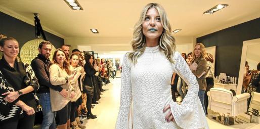 La reinauguración contó con un desfile de moda y peluquería.