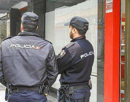 Agentes de la Policía Nacional patrullando en un calle de Vila. Foto: TONI ESCOBAR