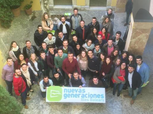El presidente del PP balear, Miquel Vidal, y el senador autonómico de los populares, José Ramón Bauzá, con los miembros de las Nuevas Generaciones del partido.