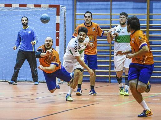 Maíllo cae tras la acción de un rival durante el partido entre el HC Eivissa y el Elche.