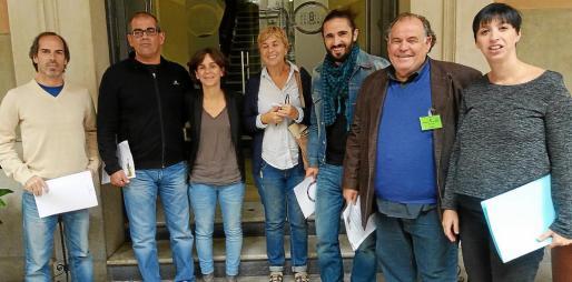Activistas de la memoria histótica con representantes políticos el día que se presentó la ley que hoy debate el Parlament.