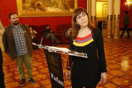 La portavoz de Podemos en el Parlament, Laura Camargo, habla para los medios de comunicación.