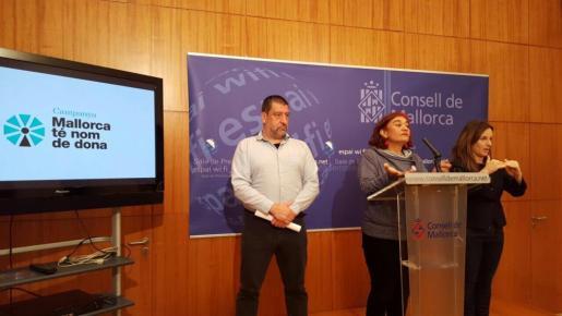 El vicepresidente segundo y conseller de Participació Ciutadana i Presidència, Jesús Jurado, con la directora insular d'Igualtat, Nina Parrón, durante la rueda de prensa realizada este martes.