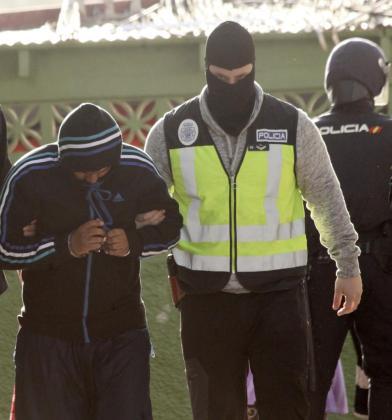 Cuatro personas han sido detenidas esta madrugada en una operación conjunta hispano-marroquí contra el terrorismo yihadista, tres de ellas en Ceuta y la cuarta en Nador (Marruecos) que se encargaban de reclutar y enviar combatientes a las filas de la organización terrorismo DAESH en Siria e Irak, así como de captar adeptos dispuestos a atentar en España o Marruecos.