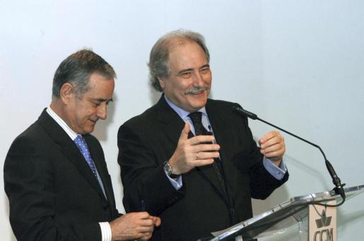 Fotografía de archivo, del 04/02/2008, del expresidente de Caja Castilla la Mancha Juan Pedro Hernández Moltó (d) y el ex director general de la entidad Ildefonso Ortega (i).