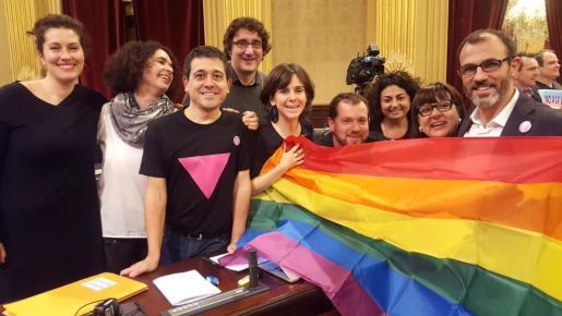 Aprobada la tramitación de la ley de gais y lesbianas con la abstención de PP y C's en el Parlament de las Illes Balears.