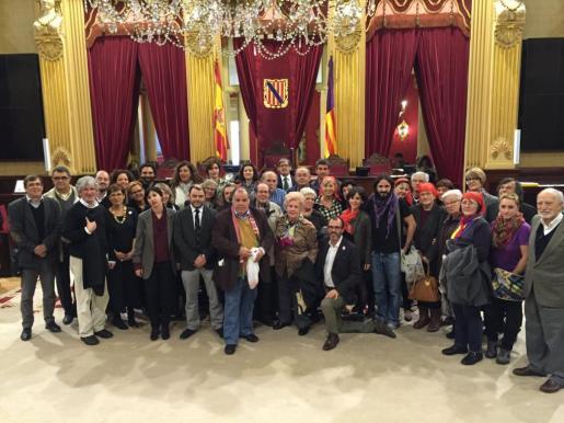 Miembros de PSIB, Podemos, MES per Mallorca, MES per Menorca y Gent per Formentera, junto con miembros de entidades memorialistas, celebran la votación de la ley balear de fosas.