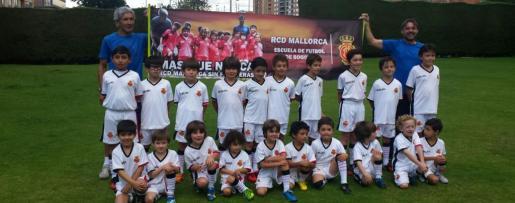 Alumnos de la escuela de fútbol del RCD Mallorca en Bogotá.