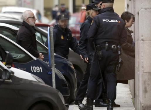 Alfonso Basterra y Rosario Porto, son conducidos por la Policía ante el Tribunal Superior de Xustiza de Galicia, durante la vista de apelación de la sentencia que condenó a los padres de Asunta Basterra a 18 años de prisión por el asesinato de esta menor, esta mañana en A Coruña.