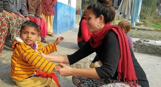 Sushil y la voluntaria de la ONG Raquel Zapata. Foto: VIA OBERTA NEPAL