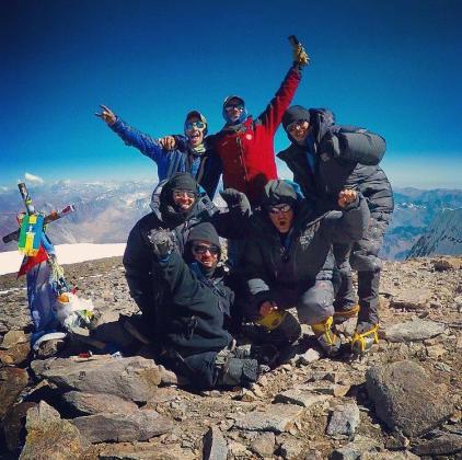 El estadounidense Kyle Maynard logró conquistar la cima del pico Aconcagua, de 6.962 metros de altura, situado en la provincia argentina de Mendoza (noroeste), superando la dificultad añadida de no tener brazos ni pies, informaron este jueves fuentes del parque provincial Aconcagua.
