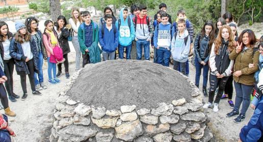 Un grupo de estudiantes recibe la explicación sobre la 'sitja'. Foto: TONI ESCOBAR