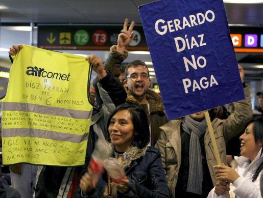 Trabajadores de Air Comet se manifiestan en la Terminal 1 del aeropuerto de Barajas para protestar por el cierre de la compañía aérea.