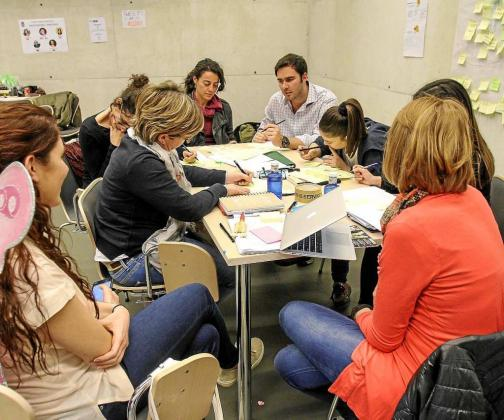Los participantes se dividieron en grupos de trabajo como el que muestra la imagen. Foto: TONI ESCOBAR