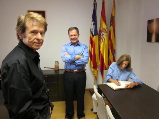 El cantante Raphael, el alcalde de Sant Josep, Josep Marí Ribas 'Agustinet' y Natalia Figueroa firmando el libro de honor.