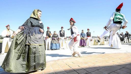 Un instante del 'ball pagès' que amenizó la agradable jornada por el Dia de les Illes Balears en el hipódromo de Sant Rafel. Foto: ARGUIÑE ESCANDÓN