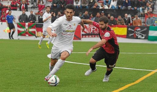 Borja Pando, de la Peña Deportiva, conduce el balón ante la presión de Pep Bernal, del Formentera, en el derbi de hace tres jornadas.