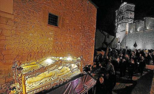 Un momento de la procesión de la Cofradía del Santo Cristo Yacente por las calles de Dalt Vila.