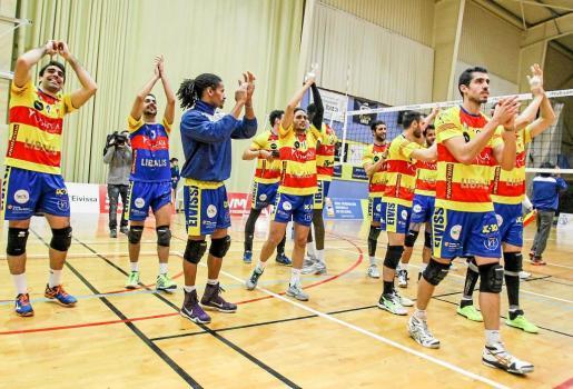 Los jugadores del Ushuaïa Ibiza Voley celebran una victoria de la presente temporada sobre la pista del pabellón Es Viver.