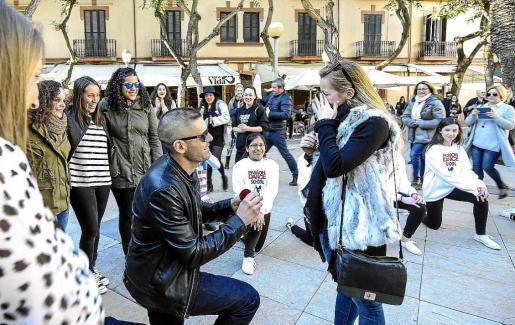 Antonio Manuel le pide la mano a su novia tras participar en un 'flashmob' con el grupo Passion Dance. Foto: ARGUIÑE ESCANDÓN