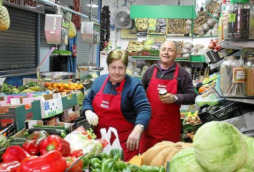 Maria y Joan, en su puesto del mercado de Santa Eulària. Foto: D.M.