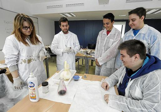 Los improvisados profesores, en este caso alumnos universitarios de la UIB, sorprendieron a los jóvenes de los institutos ibicencos creando una medusa de ADN con plátano, sal de mesa, detergente, alcohol a bajas temperaturas, un filtro de café, una batidora y agua destilada para plancha.
