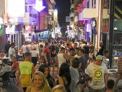 Una calle de la zona del West End de Sant Antoni repleta de jóvenes turistas durante el verano.