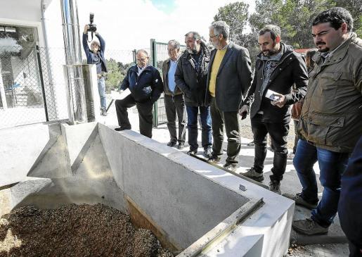 La caldera que calienta el agua de la piscina de Sant Joan se abastece con restos de madera triturada.