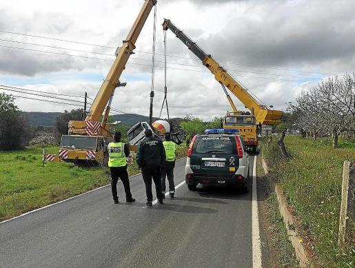 La maniobra de las grúas para recuperar y trasladar nuevamente al asfalto la hormigonera siniestrada obligó a la Guardia Civil a cortar el tráfico y desviarlo por otras vías.