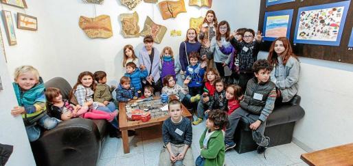 Los jóvenes artistas, sus padres y profesores fueron los grandes protagonistas de la tarde al mostrar y exponer sus trabajos. Foto: D. E.