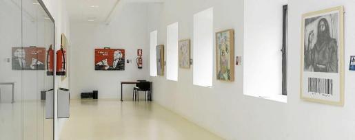 La exposición se puede contemplar en distintas paredes de los salones de la sede que tiene la Universitat de les Illes Balears en Eivissa. Foto: D. E.