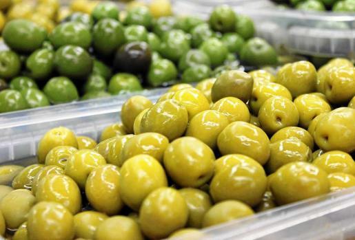 En el Mercat Nou de Vila podemos encontrar más de 20 variedades de aceitunas distintas. Foto: D.M.