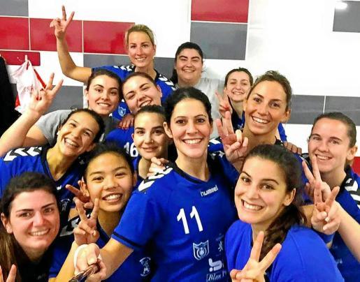 Las jugadoras del Puchi celebran la victoria de ayer en el vestuario del pabellón de Mislata.