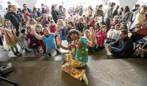 Piruleto hizo disfrutar a pequeños y grandes bajo la protección que ofreció el porche de la iglesia. Foto: ARGUIÑE ESCANDÓN