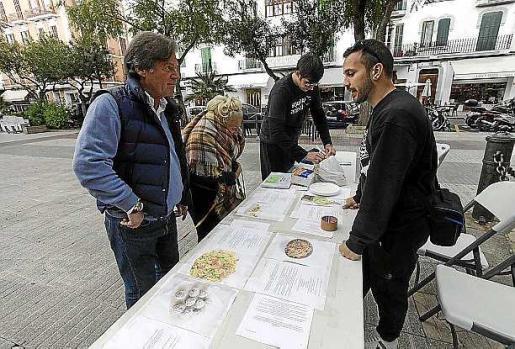 Los integrantes de la mesa informativa, de la campaña ¿Serás su Voz? atienden a los interesados, que degustaron comida vegana. Foto: D. E.