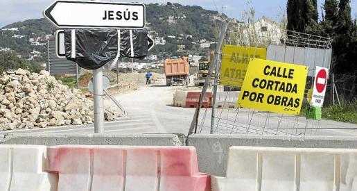 Así lucía ayer el acceso principal a Jesús, con la vía cortada por obras.