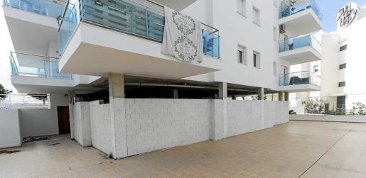 Imagen de los bajos del edificio donde la Asociación Cultural El Fath quiere trasladar la actual mezquita.