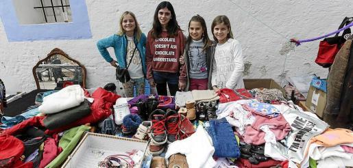 Los propios alumnos de sexto de Primaria del colegio público de Santa Gertrudis montaron las 12 paradas y ejercieron de vendedores.
