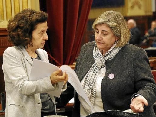 La gestión de la consellera de Transparència, Esperança Camps –en la imagen, con Fina Santiago– empieza estar cuestionada por sus compañeros de Govern.