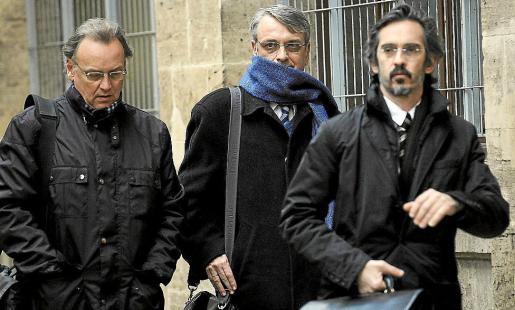 Miguel y Marcos Tejeiro, junto al abogado Cristóbal Martell (derecha).