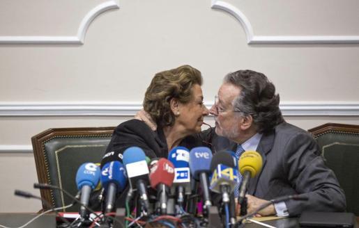 Alfonso Grau, junto a la alcaldesa, Rita Barberá, durante una rueda de prensa en el año 2015.