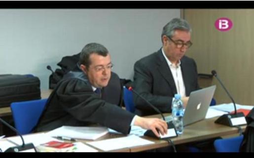 Diego Torres junto a su abogado, Manuel González Peeters.