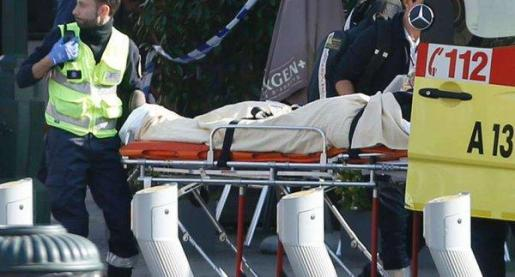 Los servicios sanitarios evacúan a uno de los policías heridos este martes en una operación antiterrorista en Bruselas relacionada con los atentados del 13N en París.