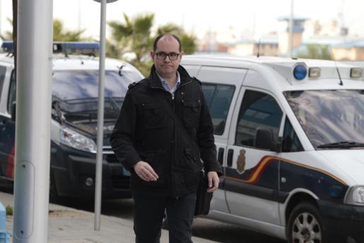 El apoderado y presunto testaferro de Iñaki Urdangarin, Mario Sorribas, a su llegada al edificio de la EBAP de Palma, donde se celebra el juicio por el caso Nóos.