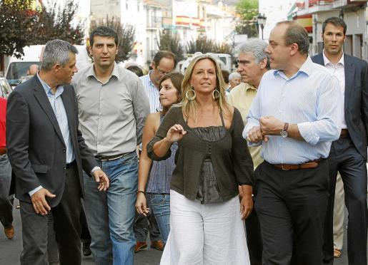 La ministra de Sanidad, recorriendo ayer las calles de Perales de Tajuna, en Madrid.
