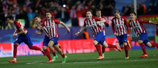 Los jugadores del At. de Madrid celebran su pase a cuartos de final de la Liga de Campeones. Foto: Juanjo Mart